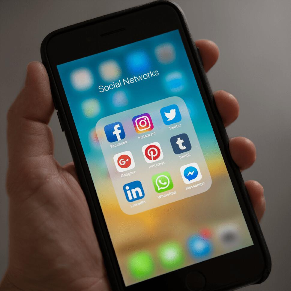 Actualmente las redes tienen a sus espaldas aproximadamente 150 millones de usuarios, proviniendo de ella gran parte de la información publicada en internet, por ello los beneficios del marketing en redes sociales tienen gran importancia a la hora de lanzar nuestro producto o servicio.